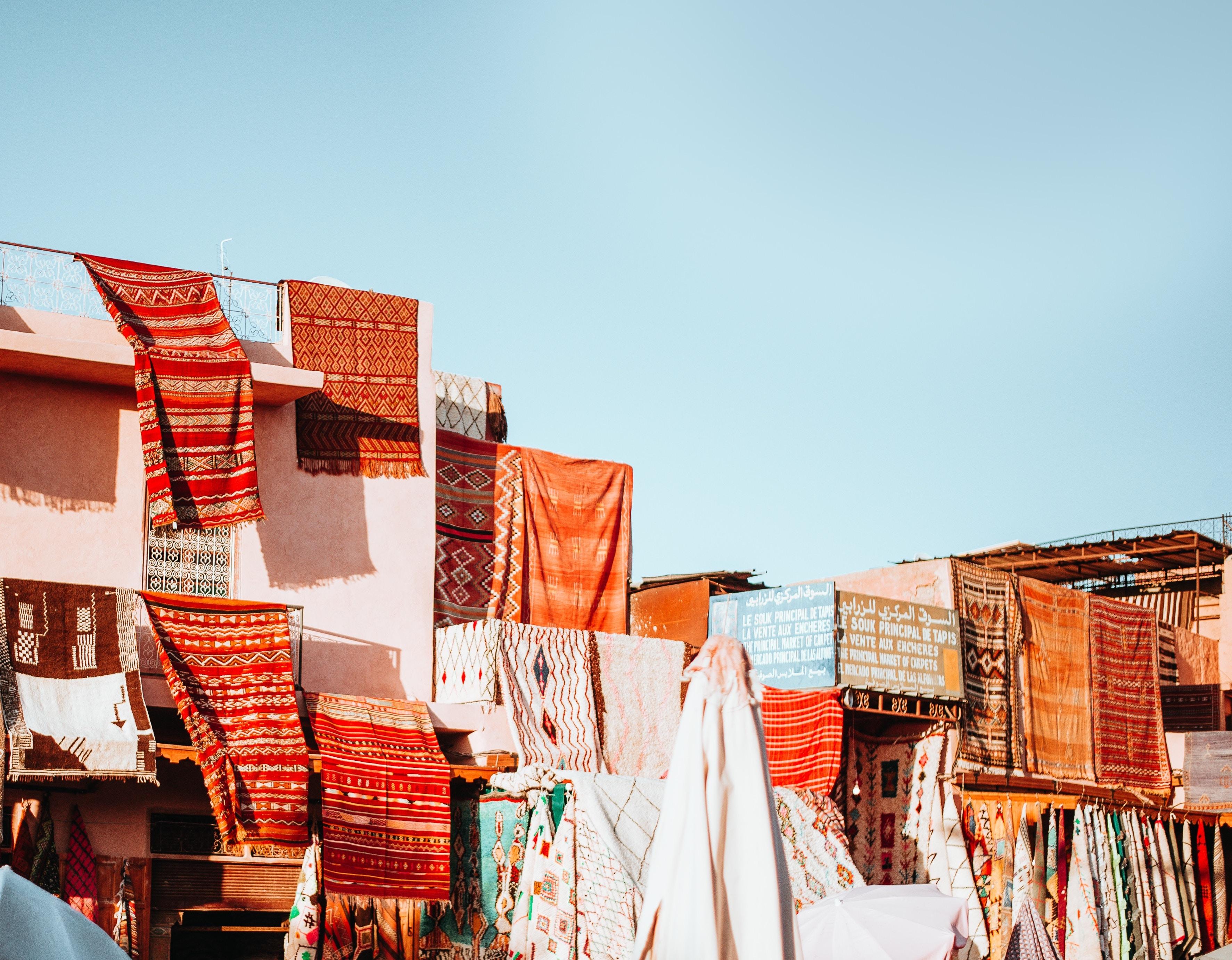 Hoch im Atlas Gebirge leben Berber Frauen, die kunstvolle Teppiche und Bekleidung aus Wolle weben. Wie die Generationen zuvor.